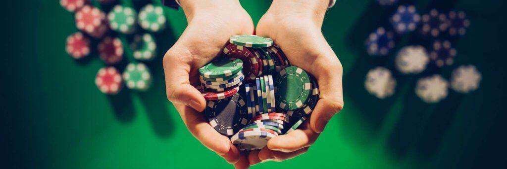En håndfuld chips som du kan bruge på et dansk casino
